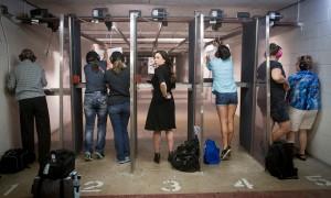 Les femmes sont separees des hommes au stand de tir où se rendent les membres du club Sure Shots. © Moland Fengkov/Haytham-REA