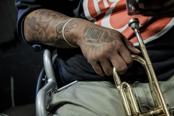 Les tatouages de Burger, du Hot 8 brass band, en studio. ©Juliette Robert/Youpress/Haytham