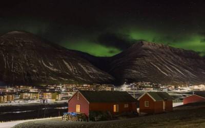 Une aurore boréale à Longyearbyen, au Svalbard ©Axelle de Russé