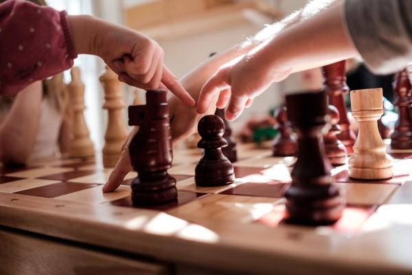 Des enfants de maternelle apprennent à jouer aux échecs. © Juliette Robert/Youpress/Haytham