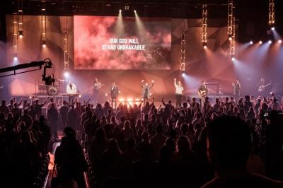"""Un groupe de """"rock chretien"""" joue en debut de l'office du dimanche soir, a la Celebration Church de Jacksonville. Cet horaire est specialement reserve aux jeunes. © Juliette Robert/Youpress/Haytham"""