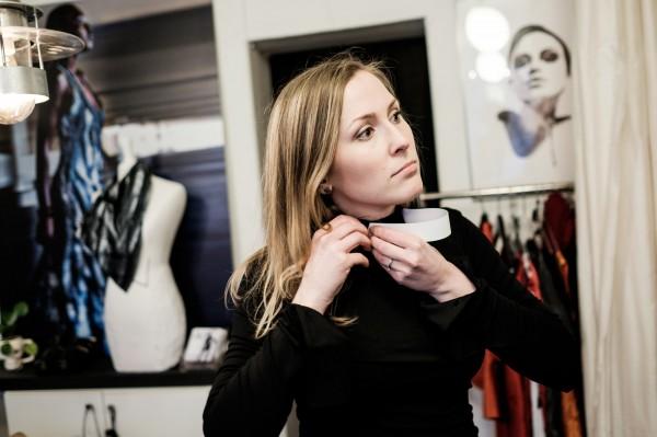 Evelina Gilberg, étudiante à l'institut de Théologie d'Uppsala, essaie des vêtements chez la créatrice Maria Sjödin. ©Juliette Robert/Youpress/Haytham