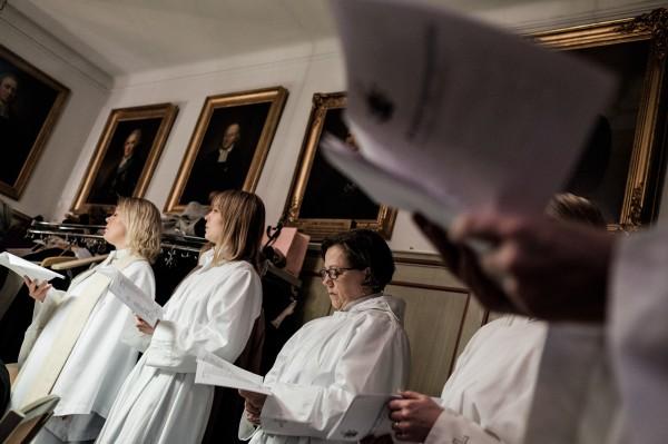 Jennie Wall prêtre et Emelie Björling et Lena Thoms, qui vont être ordonnées. ©Juliette Robert/Youpress/Haytham