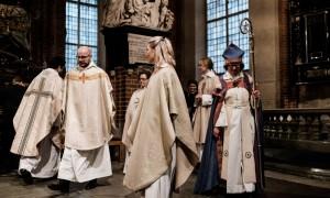 Les nouveaux prêtres, avec l'évêque Eva Brunne, dans la cathédrale de Stockholm ©Juliette Robert/Youpress/Haytham