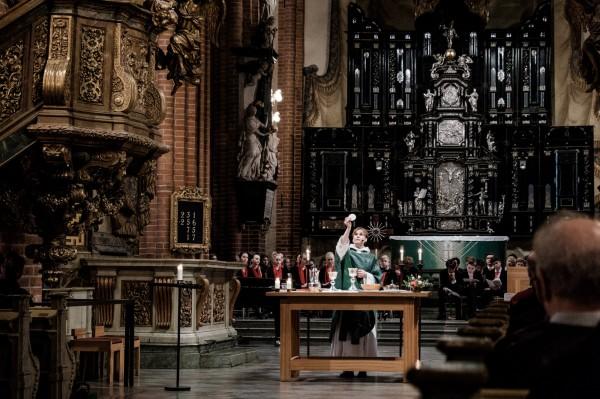 Sabina Koij, pendant la messe du dimanche à la Cathédrale de Stockholm ©Juliette Robert/Youpress/Haytham