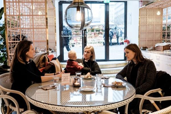 Elin Hyldeen Gartner (a g.) retrouve souvent des amies et collegues pretres au Gretas, un cafe branche du centre de Stockholm pour dejeuner. ©Juliette Robert/Youpress/Haytham