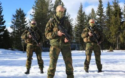 Dans la campagne norvégienne, trois recrues du commando féminin des Jegertroppen (troupes de chasseuses), prêtes pour l'entraînement. © Axelle de Russé