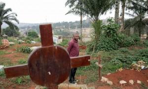 Marc Lambert pleure son ami de vingtans, Eric, torturé et assassiné à cause de son homosexualité. Il est enterré dans le cimetière qui surplombe Yaoundé.  © James Keogh