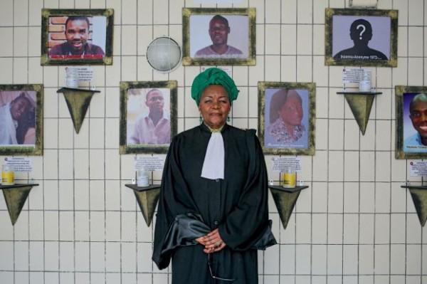 Me Alice Nkom devant le mur de la mémoire de l'Association pour la défense des homosexuels à Douala. © James Keogh