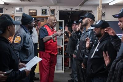 Le « commandant » Rocky Robinson réunit les volontaires © David Breger