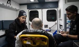 Linda Reyes, 23 ans et John Shalov, 25 ans prennent en charge un patient  © David Breger