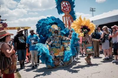 Les Indiens de Mardi Gras, aussi appelés Black Indians, participent aux festivités de la Nouvelle-Orléans, commémorant l'alliance entre les Afro-Américains et les Amérindiens. Ici, la « tribu » des Algiers Warriors défile lors du Festival de jazz. ©Juliette Robert/Haytham