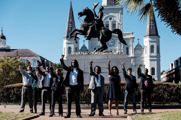 Les membres du groupe activiste Take 'Em Down NOLA posent pour leur photographe devant la statue de l'ancien president Andrew Jackson dans le centre de la Nouvelle Orleans ©Juliette Robert