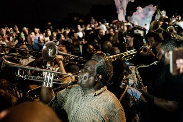 Le 1er novembre 2017, des brass bands se sont rassemblés près de la maison de Fats Domino, dans le Lower 9th Ward, pour un dernier hommage musical à la légende du rock, auteur du célèbre Blueberry Hill. ©Juliette Robert/Haytham