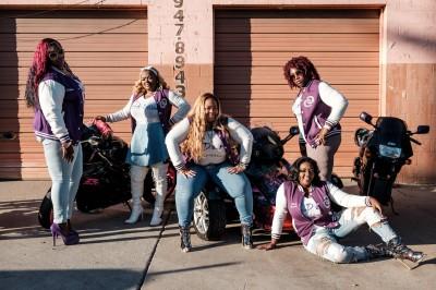 Cinq membres du club de motardes Caramel Curves posent avec leur moto a La Nouvelle Orleans ©Juliette Robert/Haytham Pictures