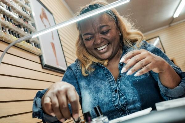Coco, co-fondatrice des Caramel Curves dans son salon de manucure a la Nouvelle Orleans ©Juliette Robert