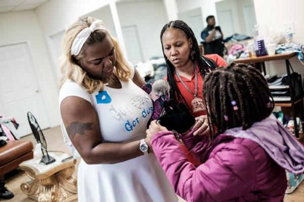 Journee de distribution de vetements par les Caramel Curves aux familles qui en ont besoin a la Nouvelle Orleans ©Juliette Robert/Haytham Pictures
