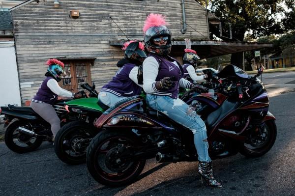 Les motardes du club Caramel Curves, en route pour une Second Line, a la Nouvelle Orleans ©Juliette Robert/Haytham Pictures
