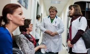 Michele, 72 ans, ainsi qu'une autre patiente francaise, discute avec le Dr Nino Odishelidze, et une interprète qui parle le français. © Juliette Robert/Haytham Pictures
