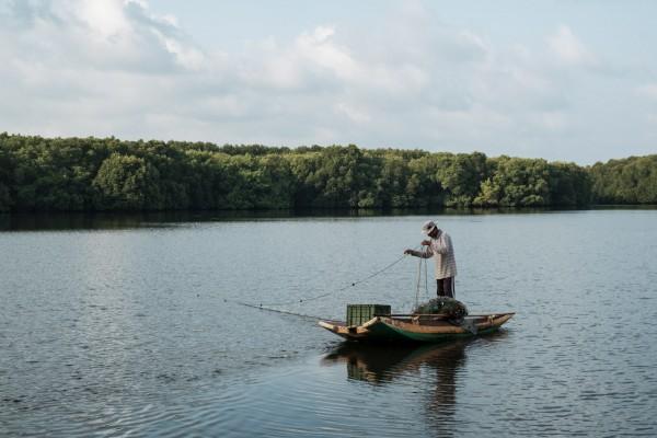 Un pêcheur au petit matin dans la lagune de Chilaw, sur la cote ouest du Sri Lanka, a 60 km au nord de Colombo. ©Juliette Robert/Haytham/Youpress