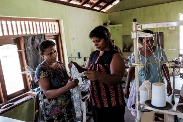 Inoka Perrera, 43 ans, dans le village de Welihena. Membre de Sudeesa depuis dix ans, elle emploie une dizaine de personnes dans son atelier de couture. Longtemps, elle a vécu dans les pays du Golfe , mais elle est rentrée pour rester avec sa fille enceinte. ©Juliette Robert/Haytham/Youpress