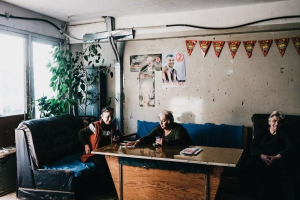 Trois residentes de l'hotel Aia : Dodo Bagatovia, 67 ans, de Sukhumi, Makvela Beselia, 65 ans, de Gagra et Leila Khrava, 75 ans, de Sukhumi, passent le temps en jouant aux cartes. ©Juliette Robert/Haytham/Youpress