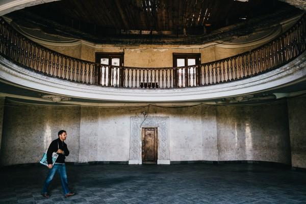 Genadi, 45 ans, traverse le sanatorium Metalurgi en allant travailler. ©Juliette Robert/Haytham/Youpress