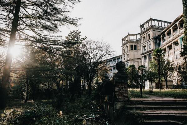 Le sanatorium Tbilisi, construit en 1951, abrite toujours des familles de deplaces d'Abkhazie depuis 25 ans. ©Juliette Robert/Haytham/Youpress