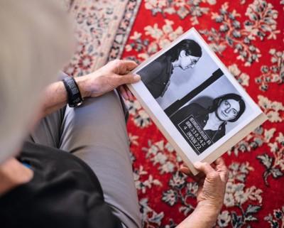 Martha Scott, ex-membre du réseau Jane, chez elle, à Chicago, le 23 mai. Dans ses mains, la photo prise lors de son arrestation, le 4 mai 1972, alors qu'elle pratiquait des IVG clandestines. ©Eugénie Baccot/Divergence
