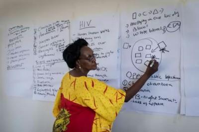 Lydia Mungherera pendant une session de formation des mentors du Mama's Club, Bukedea. ©Raphaël Fournier / Divergence