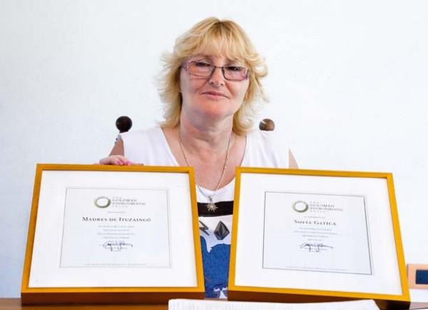 Sofia montre fièrement le prix Goldman de l'environnement, décerné en 2012 et qui a donné un porte-voix à son combat. © Christophe Apatie