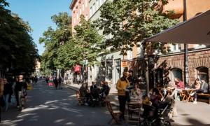 Des terrasses de café dans le quartier de Mariatorget, à Stockholm. © Juliette Robert